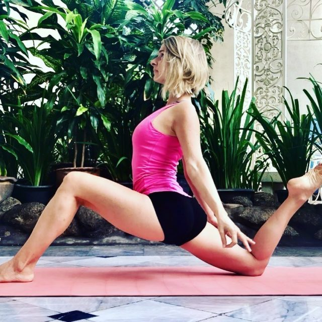 """""""Some days you do yoga and eat salad. Some days you eat cookies and refuse to put on pants. It is called BALANCE."""" . """"Certains jours on fait du yoga et on mange de la salade. D'autres jours on mange des cookies et on refuse de mettre son pantalon. Ça s'appelle l'ÉQUILIBRE"""" . #yoga #stretching #balance"""